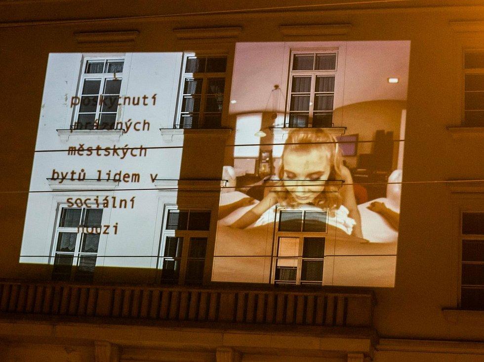 Aktivisté na budovu magistrátu v Brně promítali porno. Brojí proti privatizaci a chtějí obnovit Housing first.