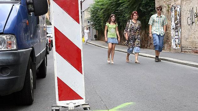 Propadlá silnice v ulici Novobranská.