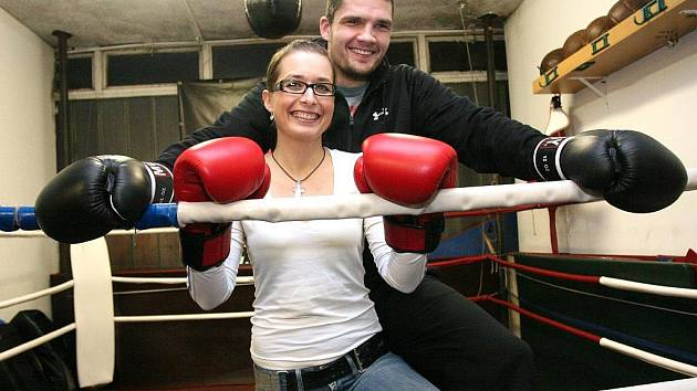 Brněnský thajboxerský šampion Tomáš Hron a jeho přítelkyně Veronika Nekvasilová.