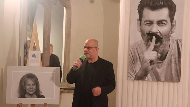 Výstava černobílých fotografií Osobnosti V představuje asi čtyřicet známých osobností z Brna a jihu Moravy, které už popáté zvěčnil fotograf Otto Ballon Mierny.