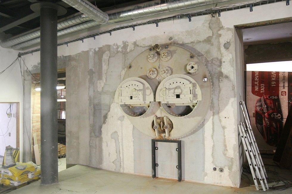 Instalace varny do Pivovarského domu Poupě.