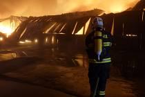 V Ivančicích v noci ze soboty na neděli hořela skladovací hala v areálu bývalého Ekotexu. Zasahovalo sto hasičů. Foto: HZS JMK