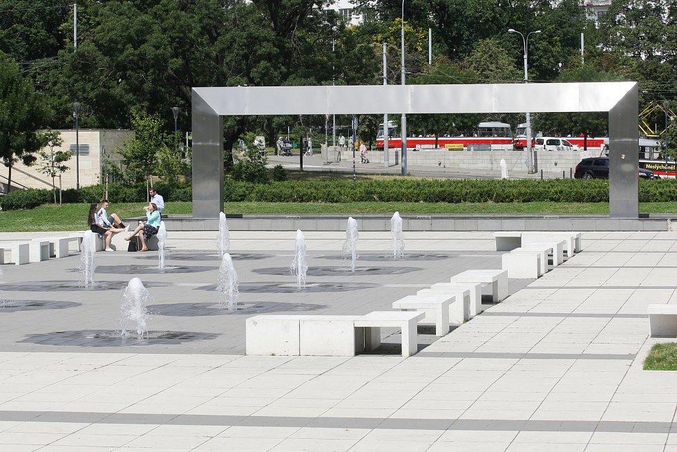 Brno 8.7.2019 - zákaz koupání ve fontáně před Janáčkovým divadlem