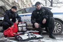 Dvojice městských policistů Jiří Tomášek (vlevo) a Dušan Kuba pomáhala při prosincovém požáru v brněnské městské části Lesná.