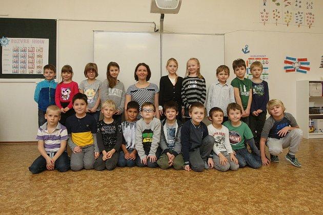 Žáci 1.třídy ze ZŠ vPodolí spaní učitelkou Zuzanou Horáčkovou.