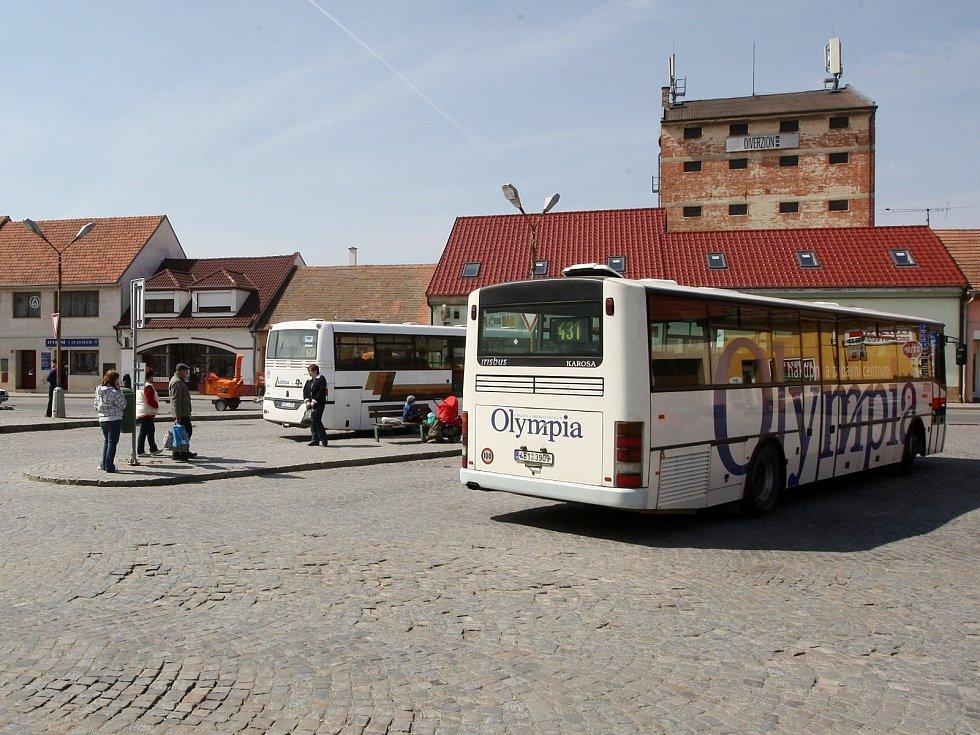 Problém ivančického nádraží: cestující se nemají při čekání na autobusy kde schovat před deštěm.