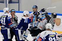 EMOCE. V duelu mezi Kometou (v modrém) a Libercem se v posledních minutách utkání v soubojích přitvrdilo.