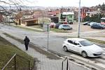 Chybějící přechod a příliš vysoké obrubníky u tramvajových a autobusových zastávek. To je důvod k rekonstrukci v brněnských Židenicích u smyčky tramvaje číslo devět.