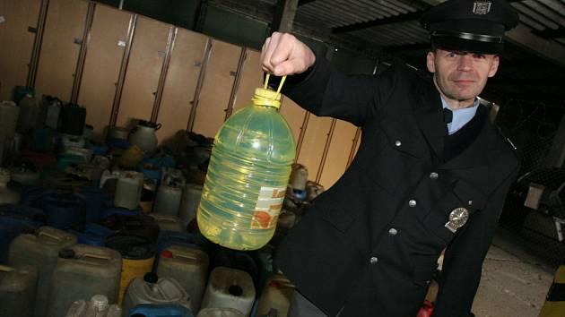 Kriminalisté našli skladovanou naftu
