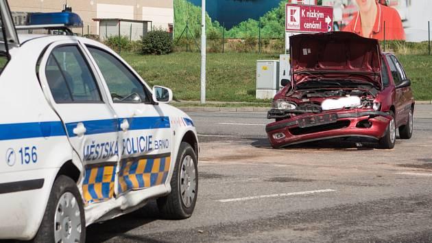 Zraněním strážnice městské policie skončila páteční dopravní nehoda v Brně-Bohunicích. Na křižovatce se srazila služební Škoda Octavia brněnských strážníků s dalším osobním autem.