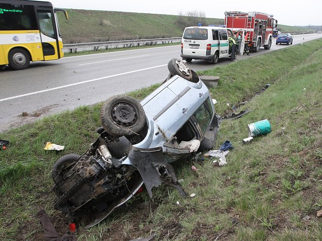 V nemocnici skončila osmašedesátiletá řidička, která se v pátek po druhé hodině odpoledne vybourala na rychlostní silnici R52 u Pohořelic na Brněnsku. Auto převrátila na střechu.
