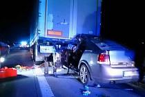 Havárie osobního auta s kamionem uzavřela v pondělí po osmé hodině večer dálnici D2 na pátém kilometru u Rebešovic ve směru na Brno.