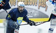Hokejové utkání Tipsport extraligy v ledním hokeji mezi HC Dynamo Pardubice ( v modrém) HC Kometa Brno (v modrobílém) v pardudubické ČSOB pojišťovna ARENĚ.