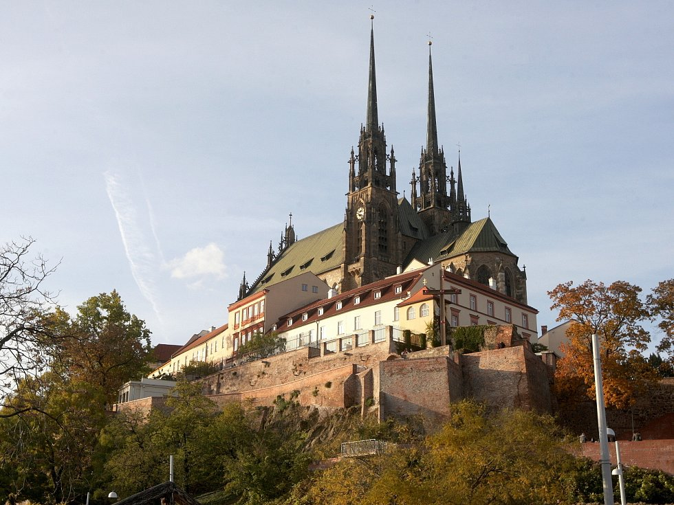 Sedmadevadesáté jubileum vyhlášení samostatného československého státu mohou lidé oslavit například na vrcholku věží katedrály svatého Petra a Pavla.