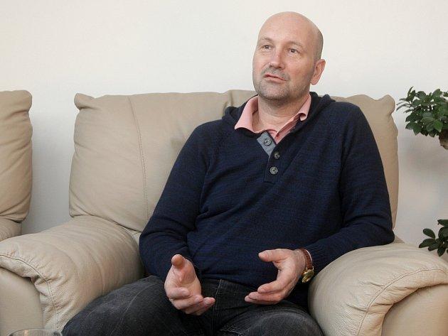 Radovan Holub, který pomáhá lidem sroztroušenou sklerózou.