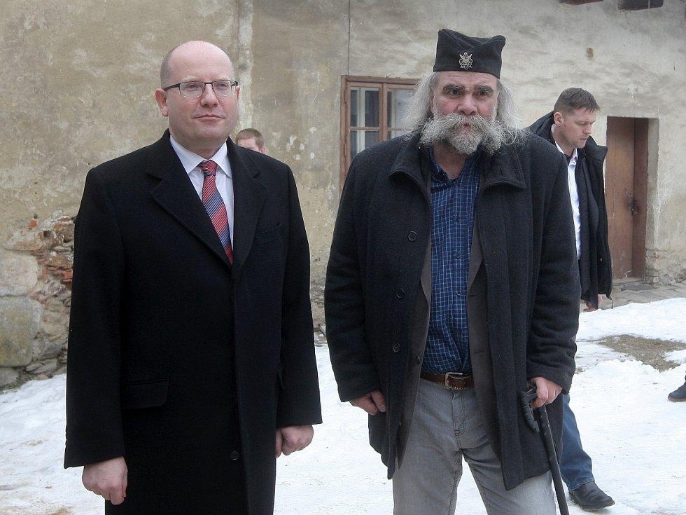 Premiér Bohuslav Sobotka a kastelán hradu Pernštejn Zdeněk Jakub Škrabal.
