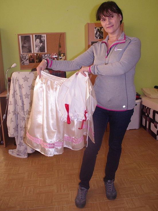 Irena Dobešová z Jamolic se skupinou dobrovolnic připravila pro tamní děvčata kroje na tradiční smrtolkovou obchůzku, místní tradici vítání jara.