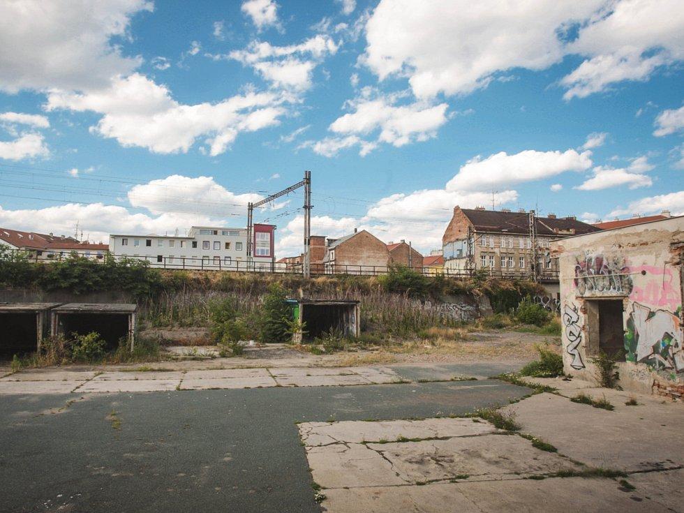 Bývalý areál technických služeb ve Vlhké ulici je teď útočiště sprejerů, bezdomovců a narkomanů. Část objektu si od města chtějí pronajmout aktivisté. Plánují tam na vlastní náklady řídit kulturní a sociální centrum.