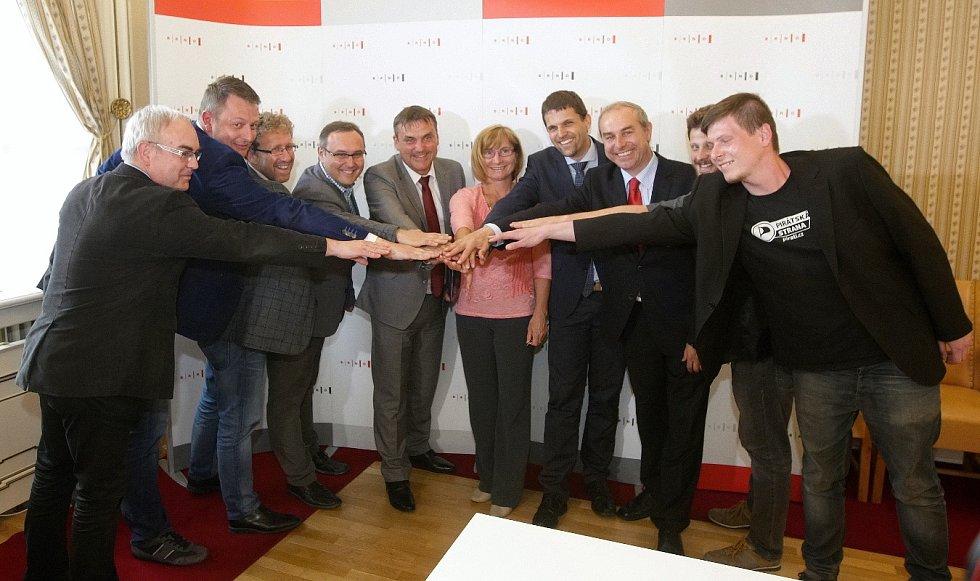 Podpis koaliční smlouvy v Brně. Zástupci ANO, Žít Brno, SZ, KDU-ČSL a TOP 09.