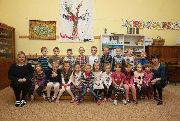 ZŠ Babice nad Svitavou. Na fotografii 1.třída střídní učitelkou Kateřinou Golíkovou (vpravo) a asistentkou Pavlínou Zouharovou (vlevo).