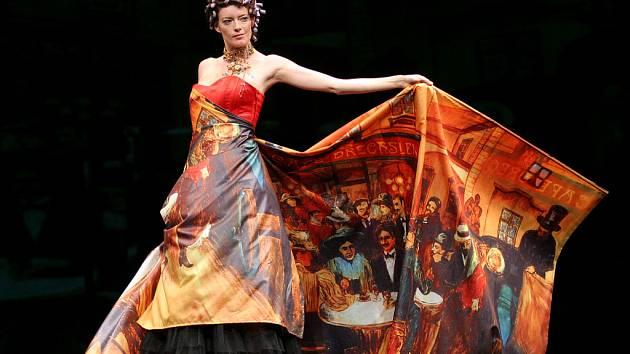 Modely návrhářky Ivety Řádkové, které jsou potištěny olejomalbami Karla Gotta