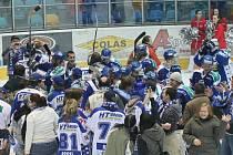 Takhle hokejisté Komety s fanoušci slavili postup přes Hradec Králové.
