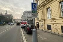 Stav po navrácení parkovacích míst na chodníku na Moravském náměstí v centru Brna.