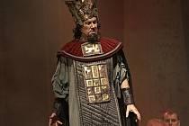 Titulní roli opery Nabucco hraje sólista Moravského divadla v Olomouci Jakub Kettner.