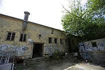 Vyhořelý a zdevastovaný objekt bývalé vojenské jídelny byl předán k demolici a nahradí ho park.