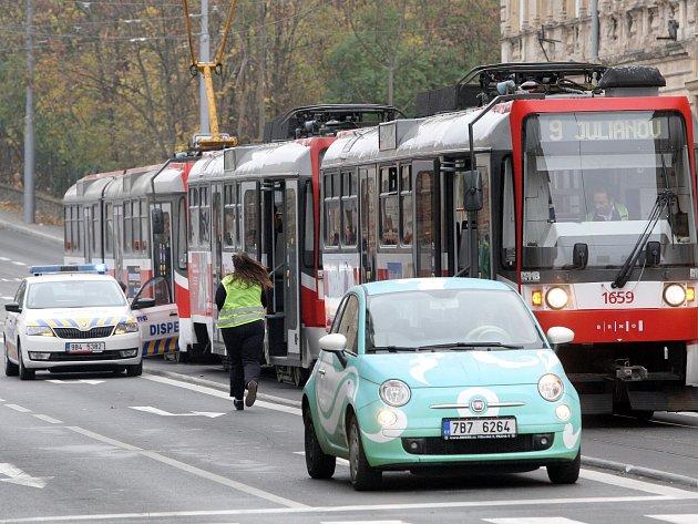 Porouchaná tramvaj na čtvrt hodiny zablokovala hromadnou dopravu u náměstí 28. října.