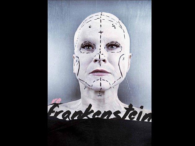 Herečka Simona Peková na fotografii k plakátu poutající inscenaci reFrankensterin.