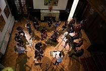 Online koncert v podání komorního smyčcového orchestru pod taktovkou Gabriely Tardonové zazněl ve Vile Löw-Beer.