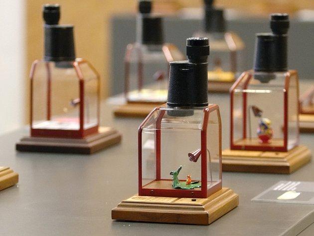 Předměty tak malé, že jsou umístěné v řezu vlasů nebo v zrníčku máku, mohou nově obdivovat návštěvníci Technického muzea v Brně.