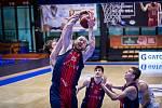 Brněnský basketbalista Šimon Puršl (v červeno-modrém) bojuje v sérii s USK Praha i přes bolesti paty. Do klíčového zápasu ve středu přesto nastoupí.