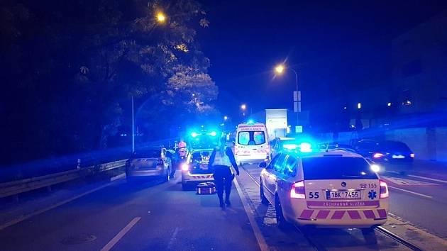Ženu na Poříčí srazilo auto. Svým zraněním podlehla.