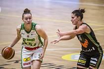 Basketbalistka KP Brno Eva Kopecká (s míčem) v semifinále domácího poháru proti Žabinám. Foto: Václav Mudra/ČBF