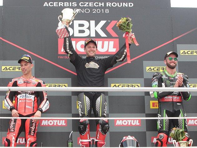 Zleva druhý Marco Melandri (ITA), vítěz Jonathan Rea (GBR)  a třetí Tom Sykes (GBR)