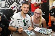 Karel Abraham s fanynkou při podepisování na autogramiádě jezdců Moto GP v brněnské Vaňkovce.