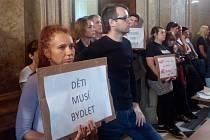 Na úterní zasedání brněnských zastupitelů přišla stovka protestujících s transparenty. Chtěli více bytů pro chudé.
