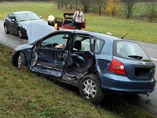 Dvě osobní auta se srazila v sobotu před polednem u Moravských Knínic na Brněnsku. Záchranáři museli ošetřit dvě lehce zraněné ženy.