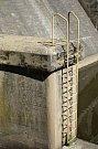 Hráz Brněnské přehrady drží vodu, kterou využívají lidé ke koupání a energetici k výrobě elektřiny.