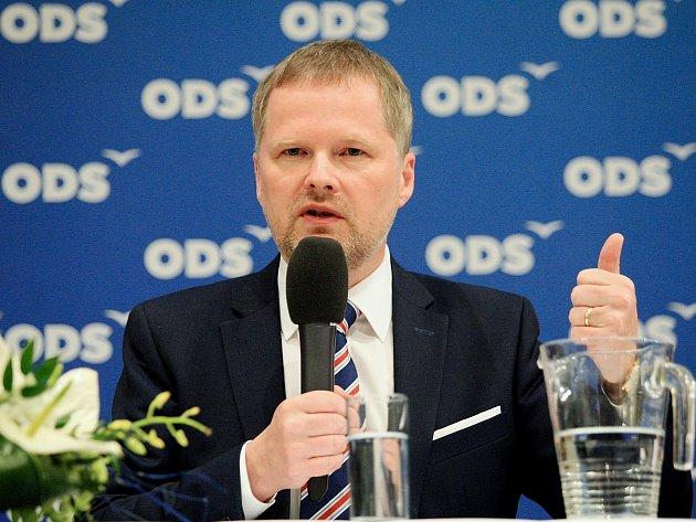 Na veřejnou debatu s občanským demokratem Petrem Fialou dorazily v úterý do brněnského hotelu International přibližně dvě stovky lidí.