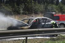 Požár osobního auta zastavil ve čtvrtek před desátou dopoledne provoz na dálnici D1 na 169. kilometru ve směru na Prahu.