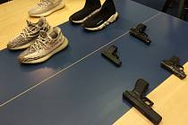 Čtveřice mladíků kradla značkové boty.