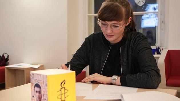 Zastavit mučení a osvobodit nespravedlivě odsouzené vězně se pokusili lidé na Maratonu psaní dopisů v Knihovně Jiřího Mahena v Brně.
