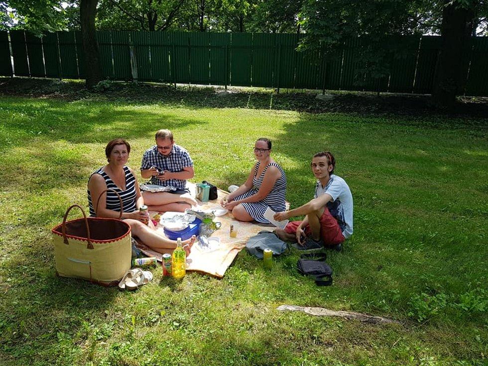 Akce Česko jde spolu na piknik vyzvala lidi z různých míst naší země, aby pořádali ve stejný čas piknik. Na snímku lośnký piknik ve Frýdku-Místku.