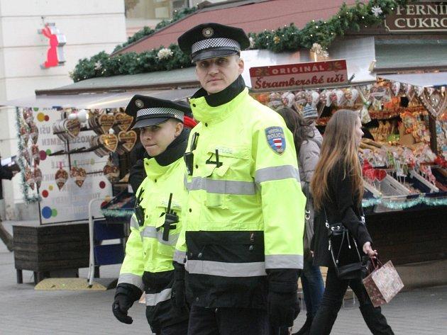 Brněnští strážníci hlídají vánoční trhy.