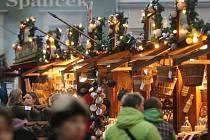 Vánoční trhy na Zelňáku pomalu odstartovaly. Lidé zatím obhlížejí nabídku ve stáncích. Nakupovat budou později.