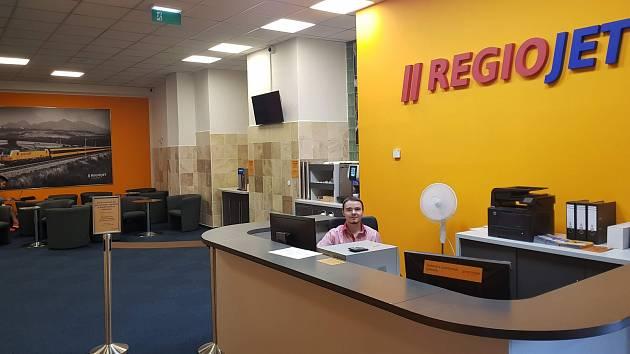 Nová čekárna společnosti RegioJet na brněnském hlavním nádraží