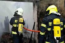 Požár stodoly v Kupařovicích na Brněnsku. Hasiči museli ochlazovat tlakové lahve, které byly uskladněny ve stodole.